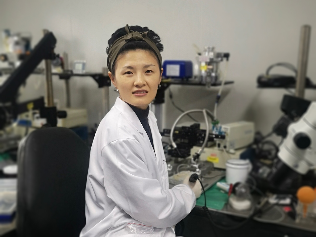 Ann Duan at lab bench